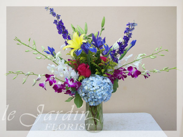 French vase ii flower arrangement le jardin florist for Arrangement jardin