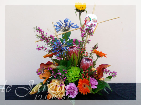 Venetian masquerade flower arrangement for Arrangement jardin