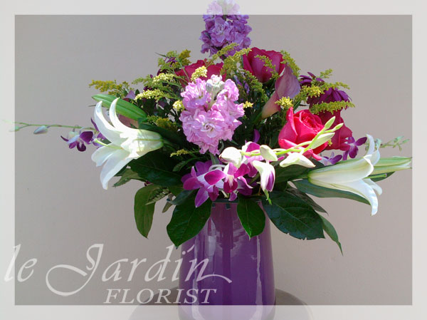 Purple rain flower arrangement le jardin florist for Arrangement jardin