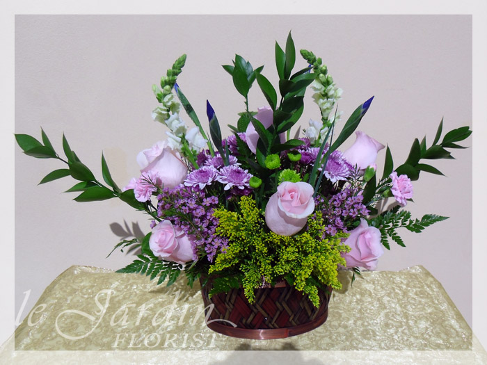 Le parisiene flower basket le jardin florist for Arrangement jardin