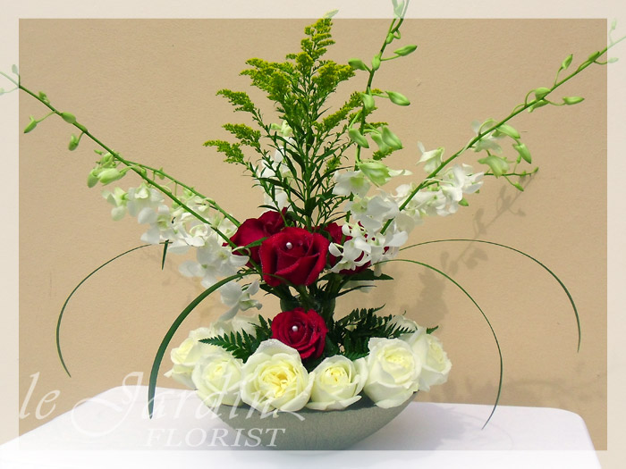Pure innocence flower arrangement le jardin florist for Arrangement jardin